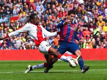 Luis Suárez, ante Abdoulaye Ba