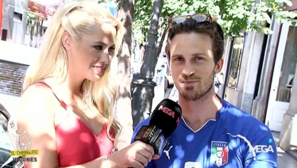 Laura Gadea con aficionados italianos