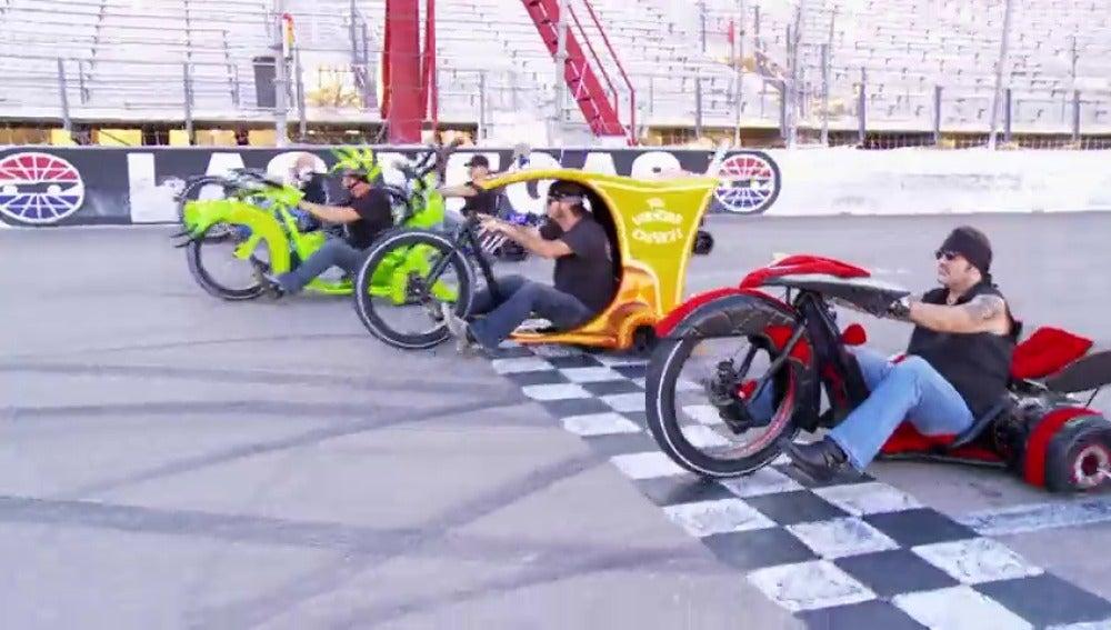 Frame 20.636402 de: Una inolvidable carrera de triciclos locos
