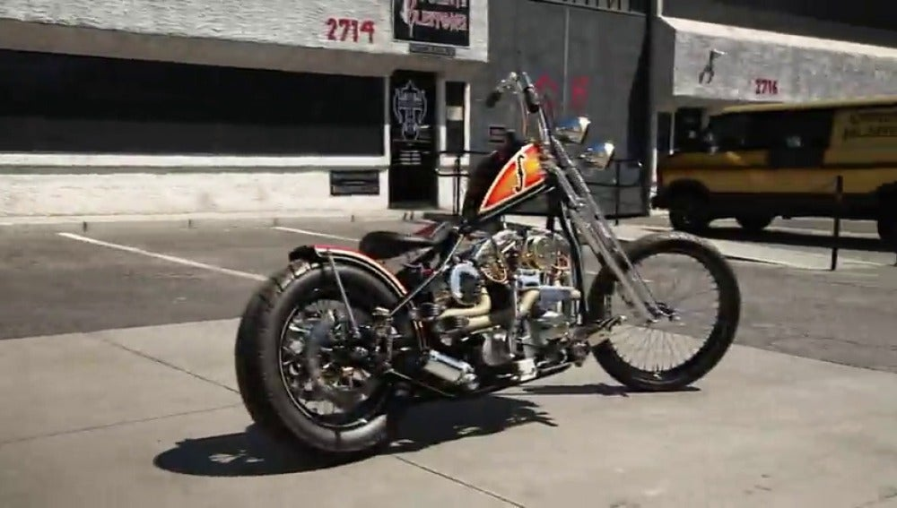 Frame 20.912819 de: Una Harley Davidson homenaje al músico Les Paul