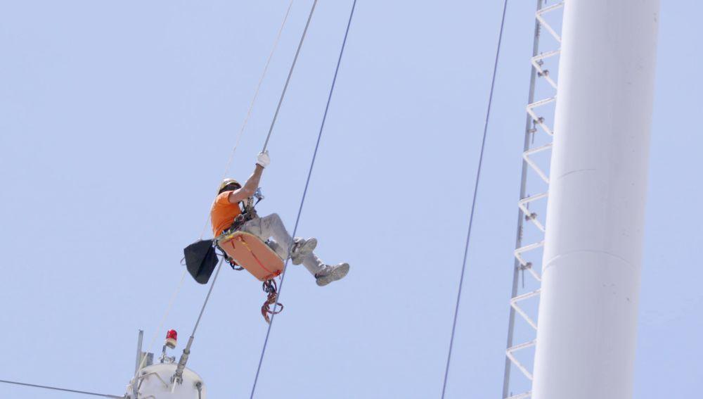 El jefe de ARAKE deja las oficinas y se sube a una torre de balizamiento de mucha altura