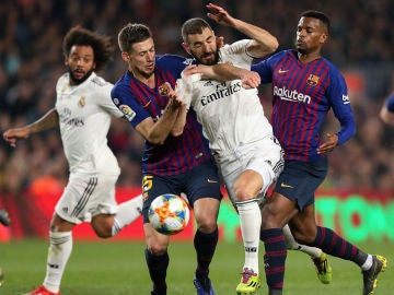 Momento de un Clásico entre Real Madrid y Barcelona