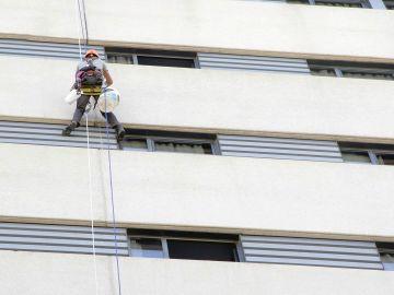 Cuelgate con el equipo de Servicios Verticales Carmona de la fachada de un hotel