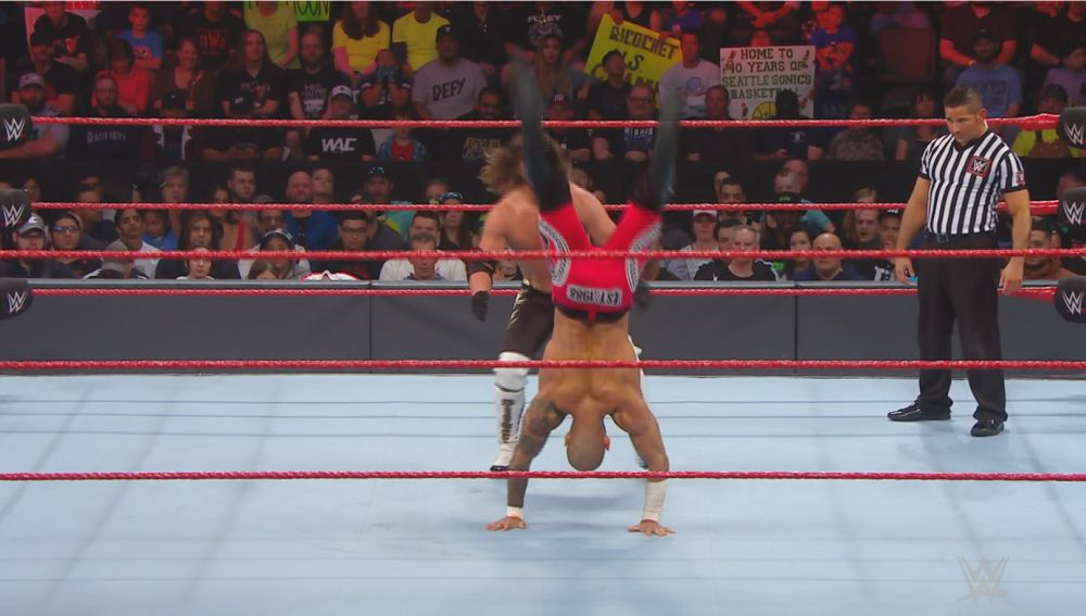 Ricochet peleando contra AJ Styles