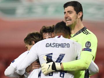 Los jugadores del Real Madrid celebran su clasificación a semifinales de Champions.