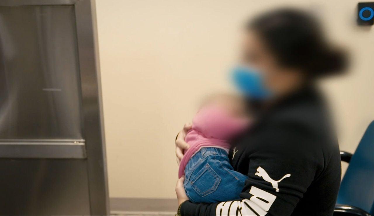 Descubierta traficando con niños