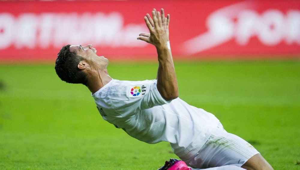 Cristiano Ronaldo se lamenta tras fallar una ocasión de gol