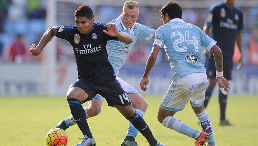 Casemiro sortea a dos rivales del Celta de Vigo