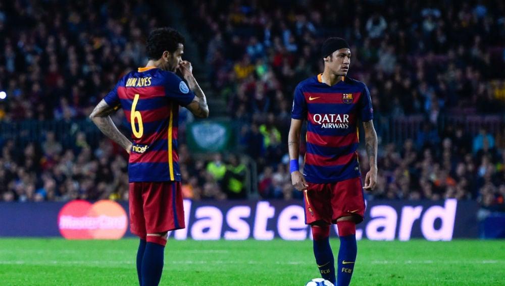 Alves conversa con Neymar durante un partido del  FC Barcelona