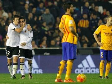 Los jugadores del Valencia celebran ante los jugadores del Barça