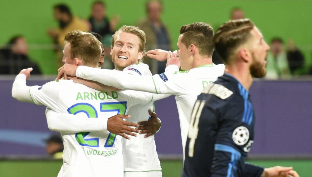 Los jugadores del Wolfsburgo celebran el gol de Arnold