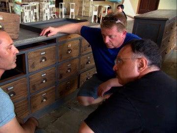 El liquidador recibe muebles podridos