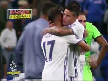 James es abrazado por Lucas Vázquez
