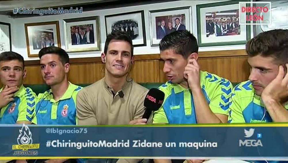 Edu Aguirre, con los jugadores de la Cultural Leonesa