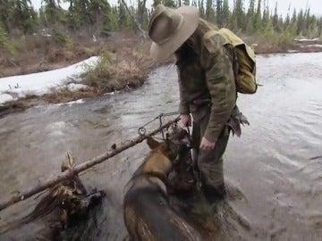 Frame 23.212896 de:  Morgan prepara las trampas de río