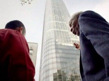 Sobrevivió a una caída de un rascacielos de 47 plantas