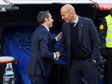 Zinedine Zidane y Ernesto Valverde se saludan en el Santiago Bernabéu.
