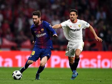 Messi conduce el balón ante la defensa de Jesús Navas