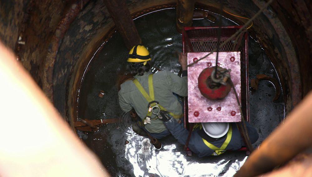 Descubren un cofre y un cadáver en el fondo del pozo 10X