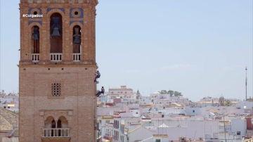 Colgados en la torre de Carmona