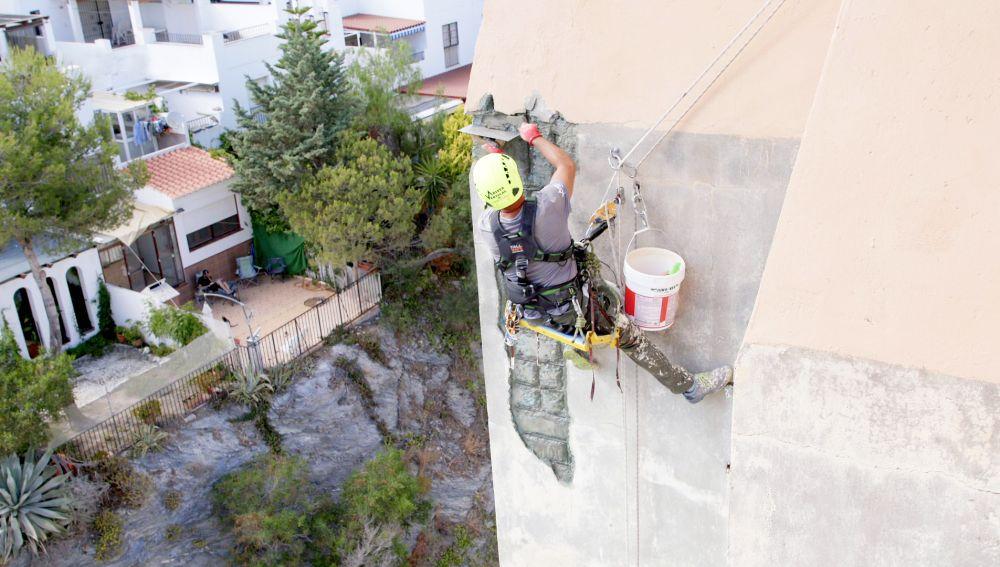 Se complica la reparación de una grieta gigante de este edificio