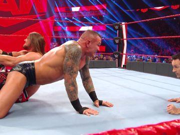 AJ Styles lleva a Randy Orton al límite con su brutal candado