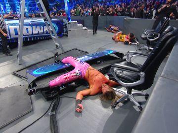 Roman Reigns se venga de Dolph Ziggler lanzándolo contra la mesa de comentaristas
