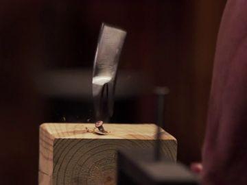 El cuchillo multiusos de un armero es partido por la mitad en la prueba de resistencia