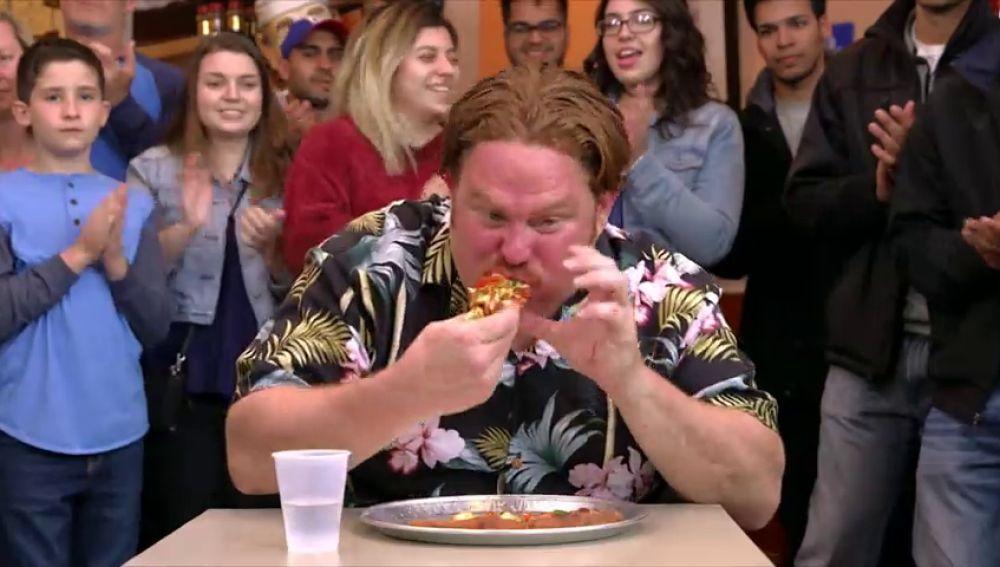 Casey recibe el apoyo de alguien muy cercano para superar el reto de esta pizza super picante