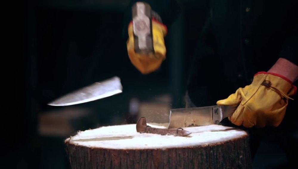 La prueba que destruye dos cuchillos en el primer impacto