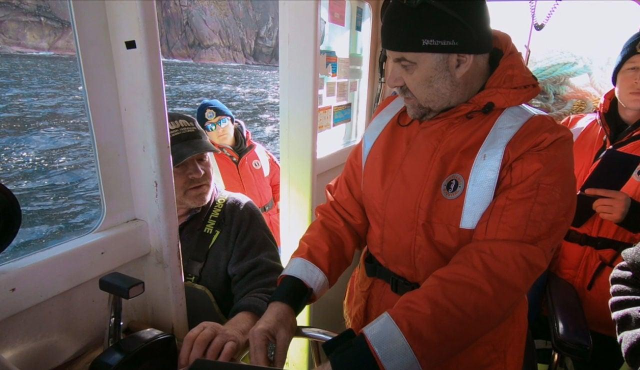 La policía entra en el barco